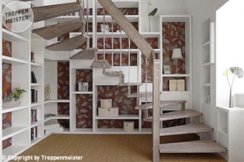 Holztreppe mit Bücherregal  Bastian Schreinerei