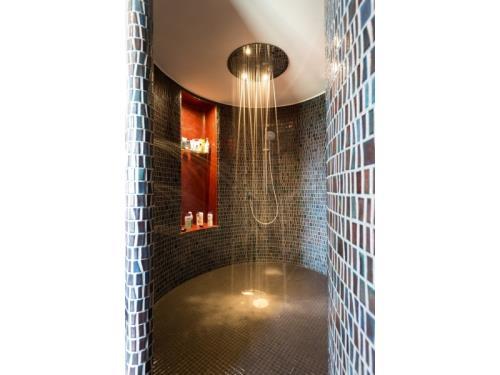 Douche complète en mosaique et tete de douche