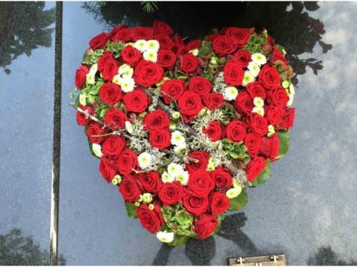 Arrangement floral en forme de coeur