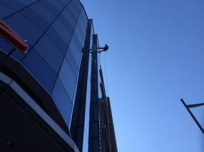 Travaux sur corde - nettoyage de vitres en extérieur