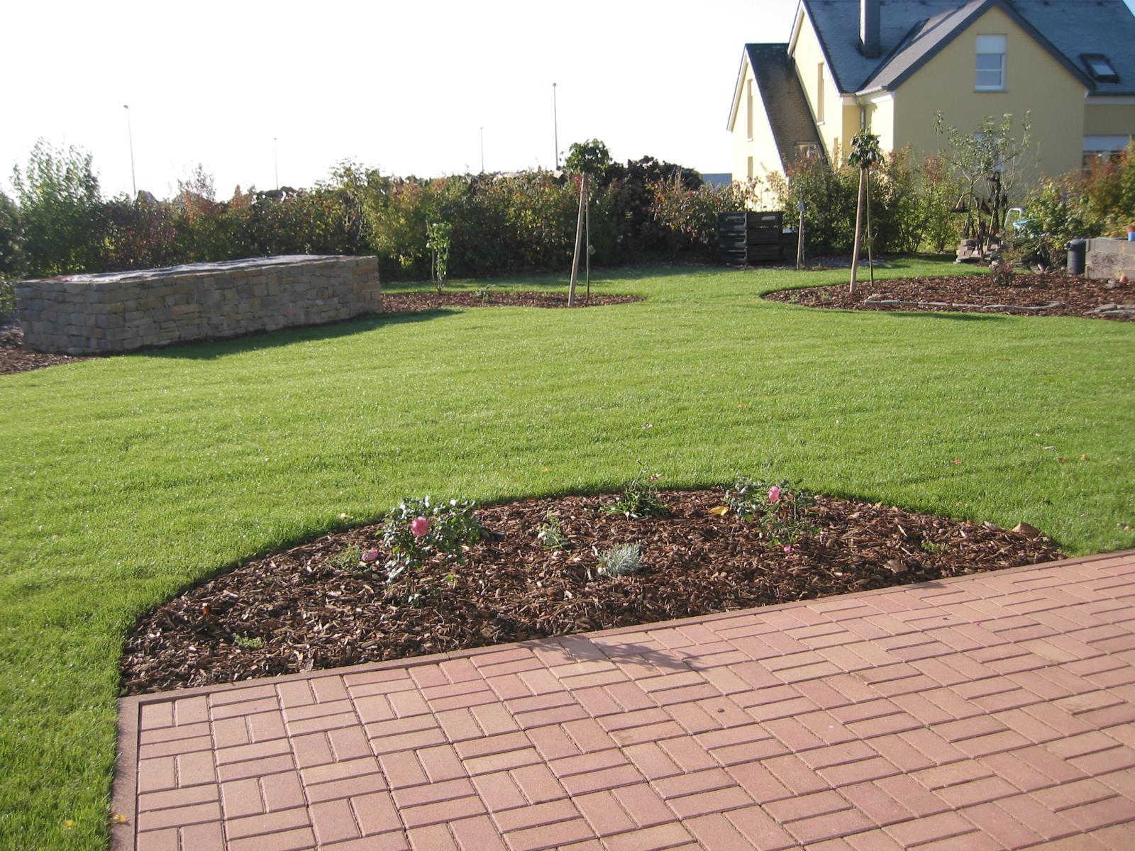 Jardin du soleil hedge trimmer gardening services editus for Jardin soleil